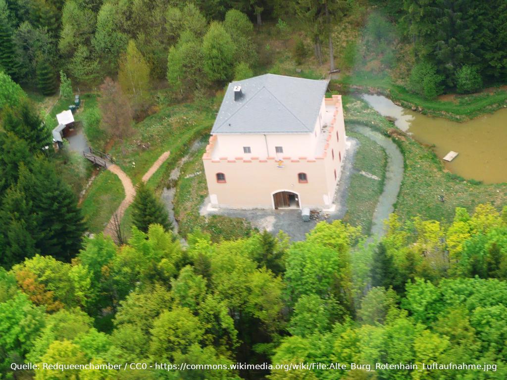 Luftaufnahme der Alten Burg bei Rotenhain im Westerwald, Deutschland.