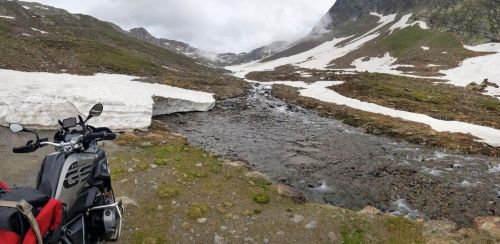 Bergspitze am Fluß